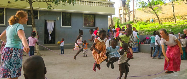Volunteers and chidlren play with a jump rope
